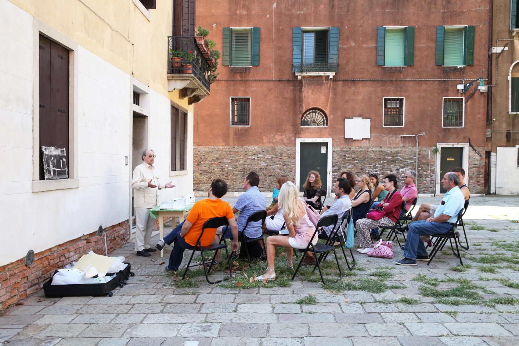 L'architecte Daniel Grataloup lors d'un workshop au Salon Suisse à Venise.