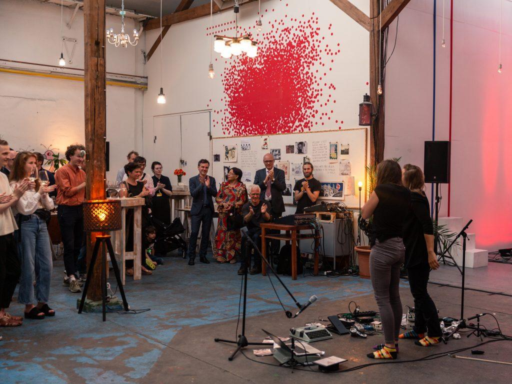 Performance «Apocalypse Mon Amour (K. & A.)», im Hintergrund Schweizer Botschafter Dominik Furgler während dem Eröffnungsprogramm