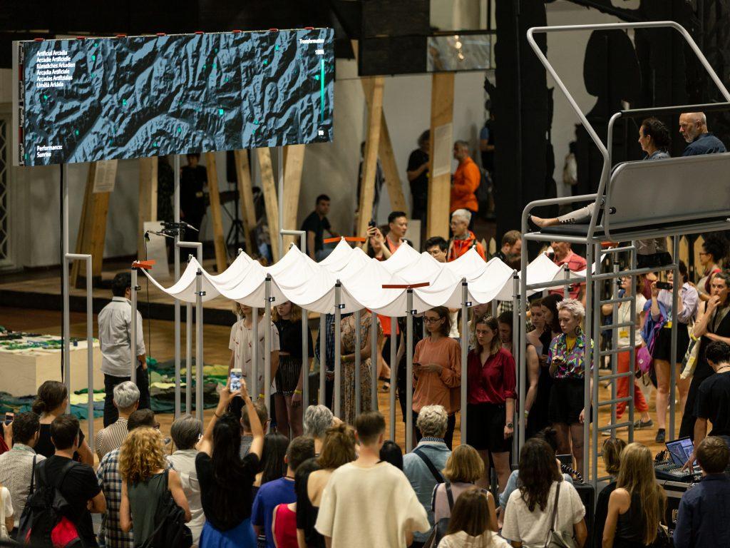 Grosses Publikum während der Performance von Camille Alena