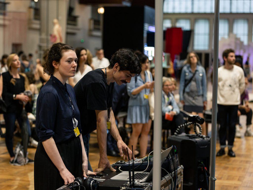 Camille Alena während der Performance an der Eröffnung des Schweizer Beitrags «Artificial Arcadia»