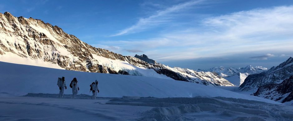 «Snow Sampling on a first field trip of Sabine Harbeke, Margrit Schwikowski and scientists of the Paul Scherrer institute on Jungfraujochfirn 21 & 22 January 2020» © Sabine Harbeke